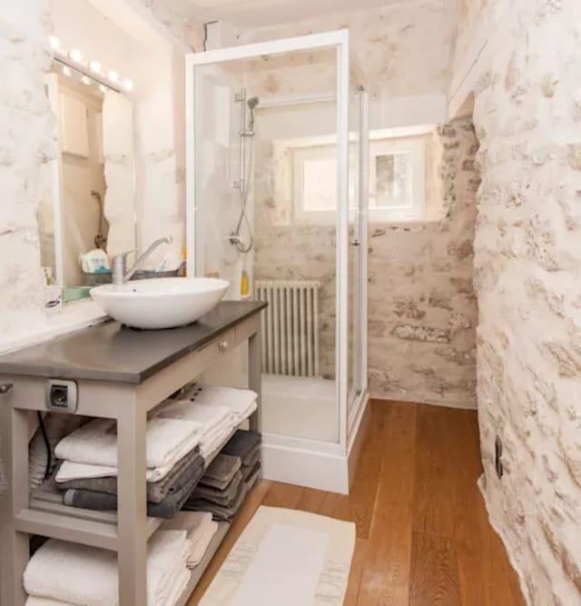 banheiro com reboco branco