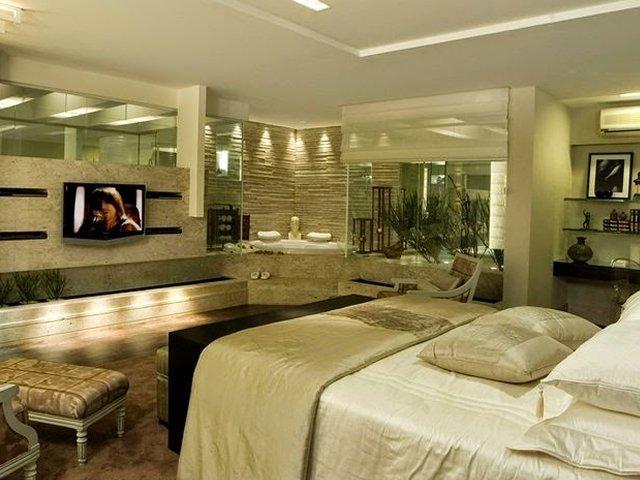 quarto com iluminação perfeita e banheira