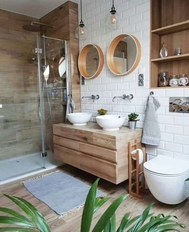 banheiro com tijolinhos brancos e muita madeira