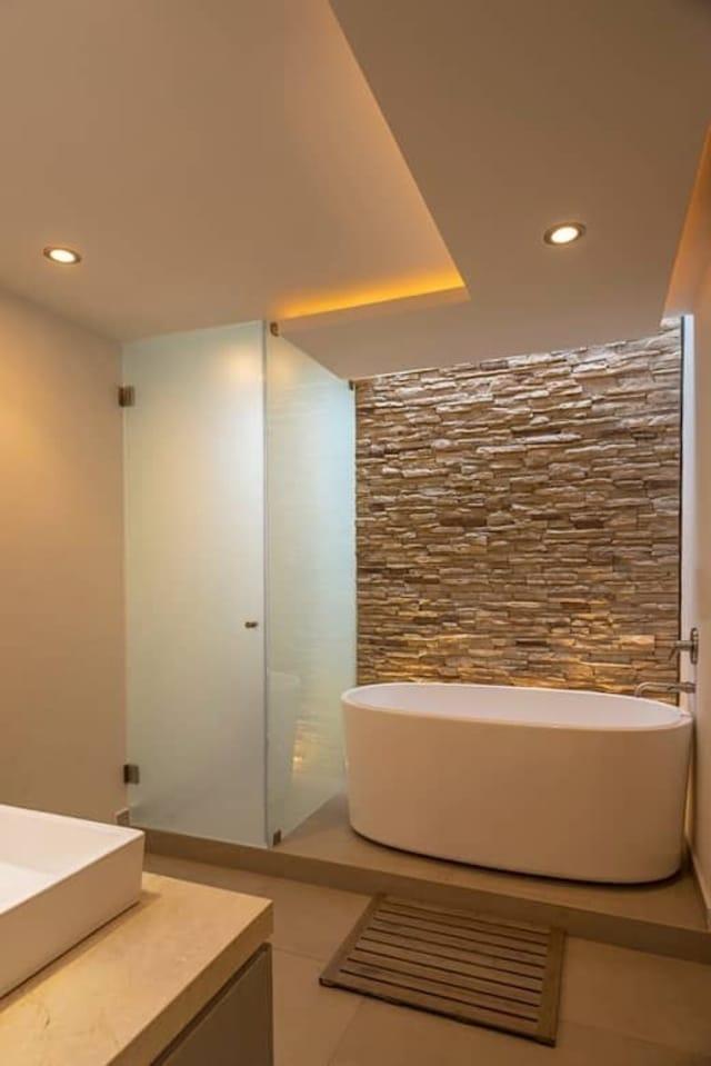 Um cantinho rústico num banheiro