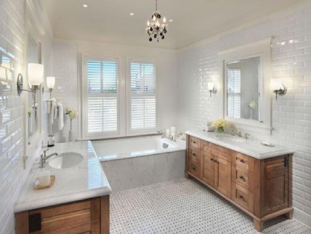 banheiro rustico com moveis de madeira