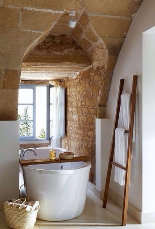 banheiro rustico com banheira classica