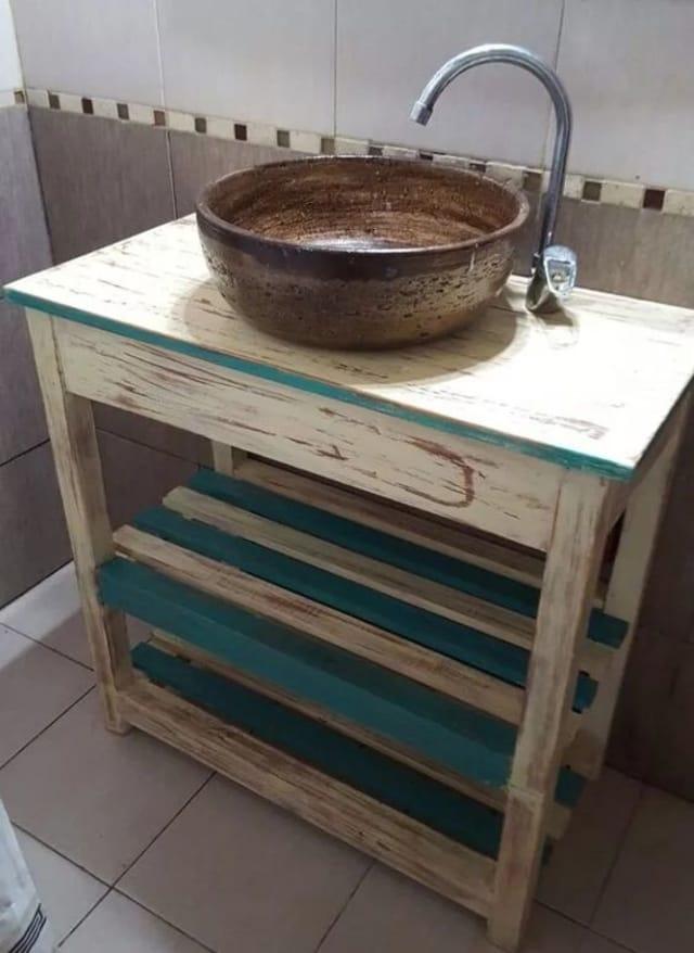 banheiro com materiais reutilizados