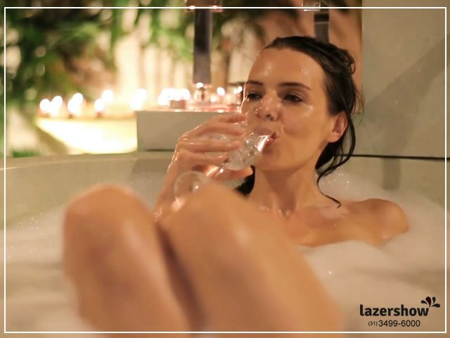 relaxando na banheira tomando champagne