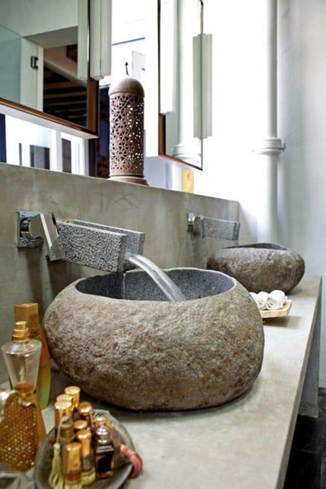 pedra no estado natural no banheiro