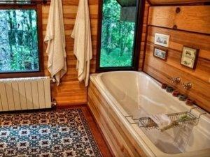 banheiro rustico com banheira e elementos de madeira