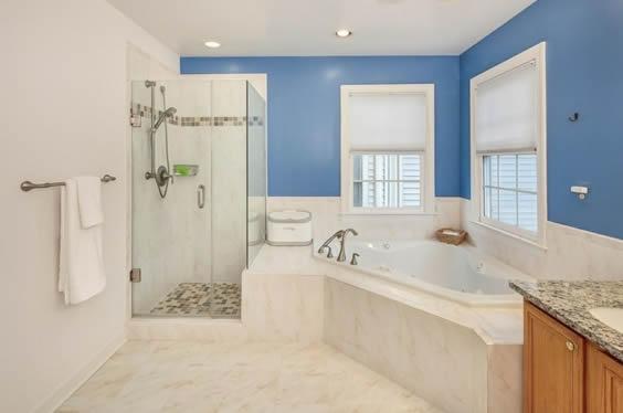 banheira de canto parede azul
