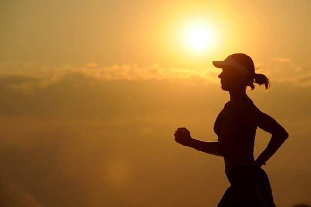 mulher correndo paisagem