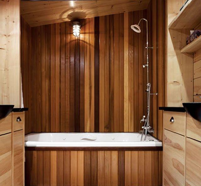 tons de madeira no banheiro