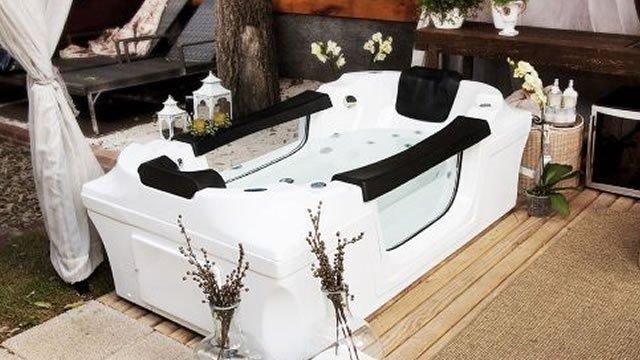 Linda banheira com design fluido
